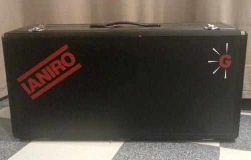 El Clásico, con la maleta de perfil de aluminio y chapa de madera