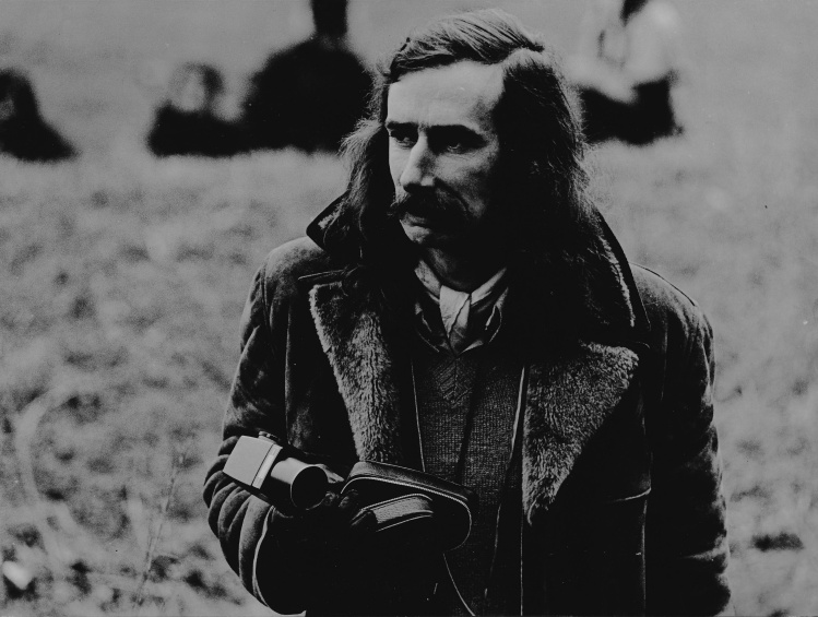 1974, Tomàs Pladevall con su Spotmeter durante el rodaje de Robin Hood Nunca Muere